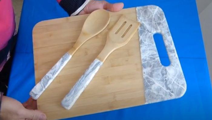 tabla de cortar y utensilios de cocina con resina epoxi